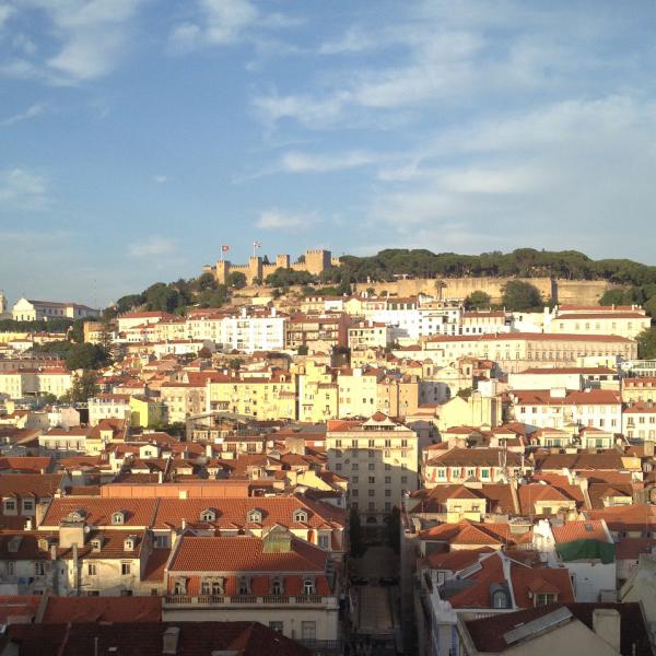 Vista do Elevador de Santa Justa com os telhados da cidade e o Castelo de São Jorge lá no fundo