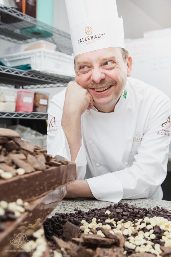 Retratos do estrelado chef Dominique Guerin, à frente da Boulagerie Guerin, em sua fábrica, colocando a mão na massa (e no chocolate, hummmm) literalmente. Foto: Amanda Nunes