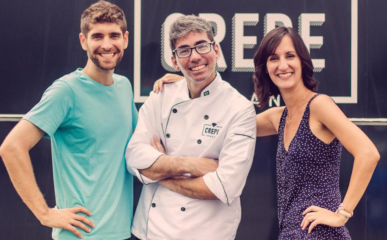 O casal Carinhas todo contente com o Chef Fabrício cheio de farinha - Foto Carol Lá Lach