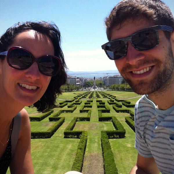 Casal todo contente visitando o Parque Eduardo Sétimo