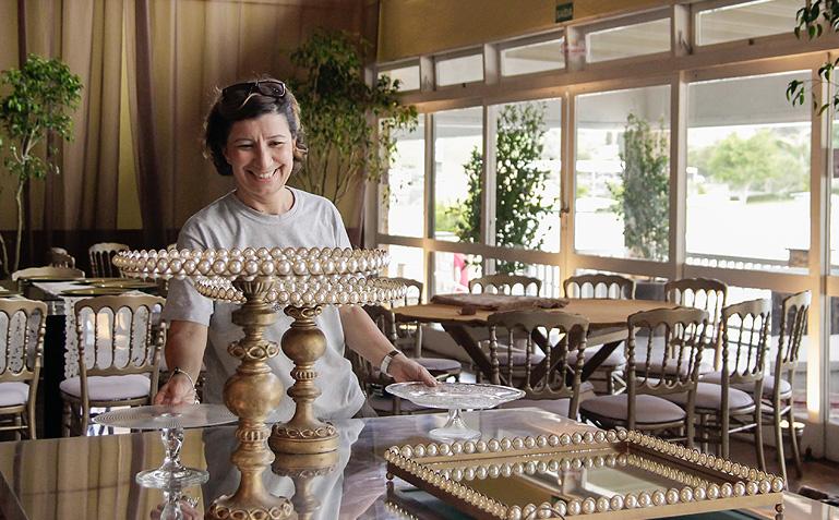Mônica cuidando de peças lindas para o casamento da Elaine com o Nando - Foto: Carol Lá Lach