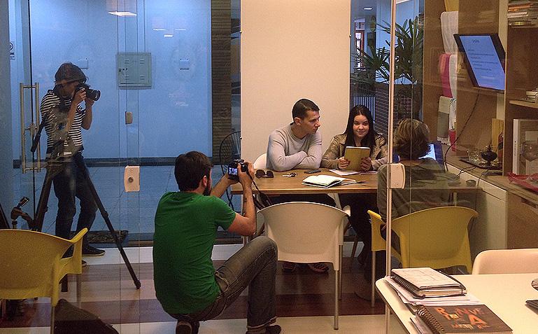 O casal Elaine e Nando batendo papo com a Mônica e Carol e Brener só captando o momento para a websérie