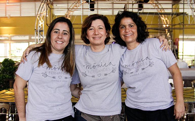 Equipe com astral lá no alto durante a montagem e vestindo a camisa - Foto: Carol Lá Lach