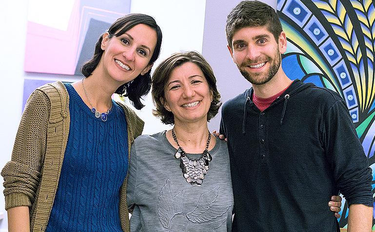Melina, Mônica e Raphael, só sorrisos depois desse querido encontro - Foto: Carol Lá Lach