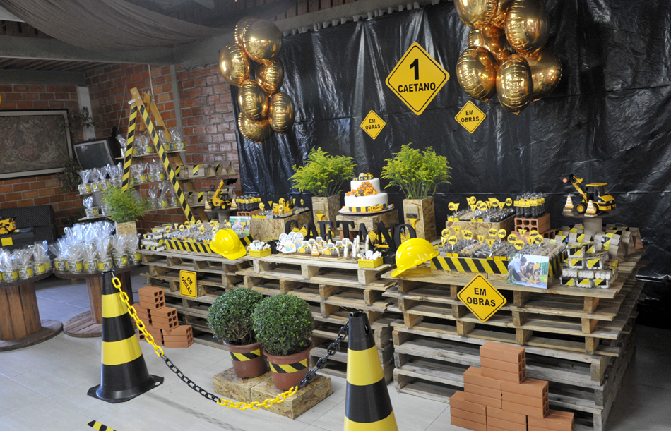 A mesa montada com pallets e vários detalhes no tema - Foto: Jackson Mendes